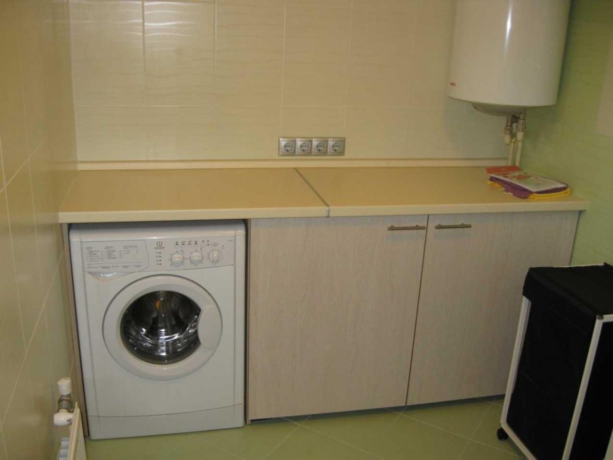 фото кухни со стиральной машиной под столешницей